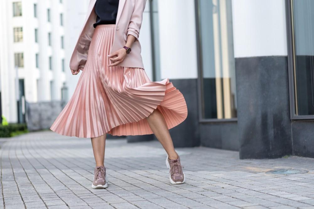 Модные плиссированные юбки - с чем их носить