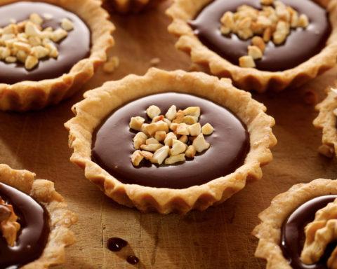Тарталетки с шоколадом и орехами