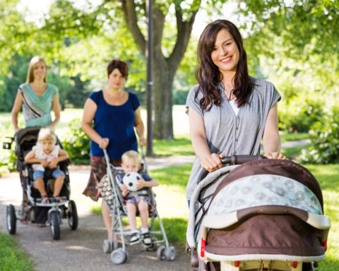 Первый выход в свет. Как и когда надо начинать гулять с новорожденным.