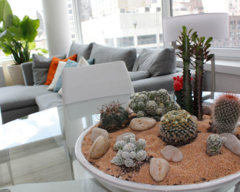 Украшение для стола с галькой и цветами