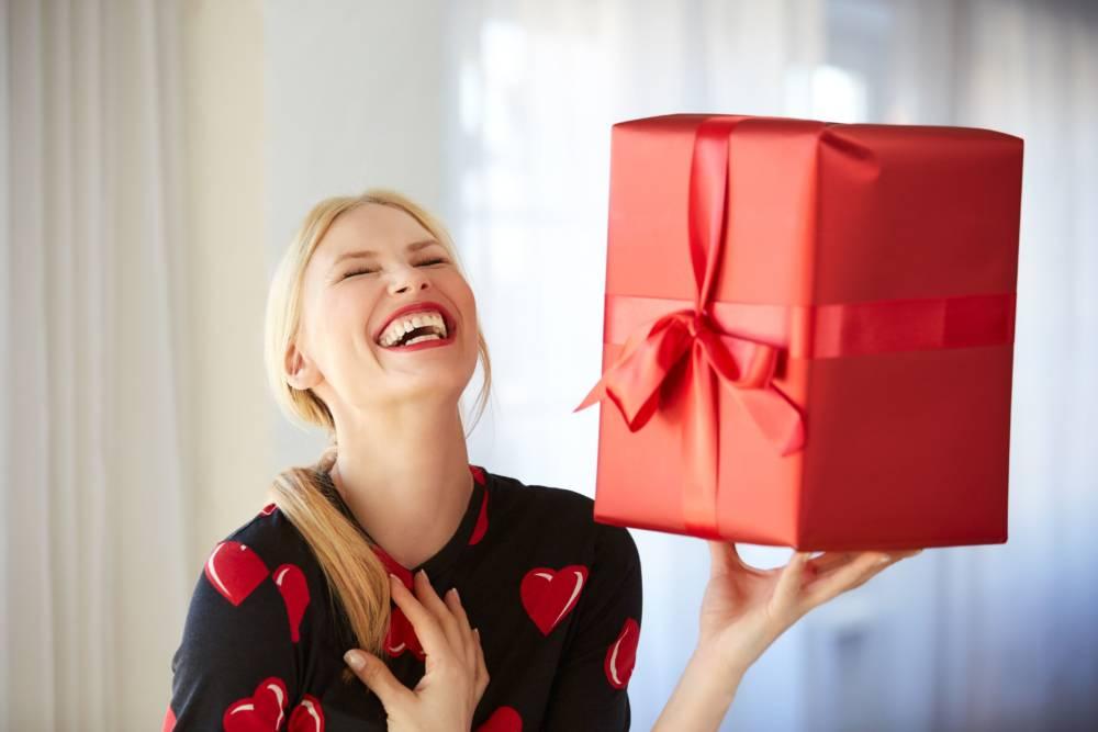 Что подарить на Новый год пожилым родственникам?