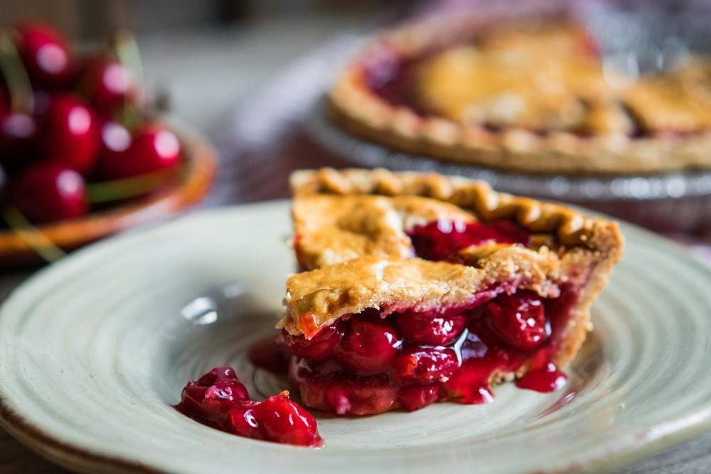 Пирог-перевертыш с курагой и вишней
