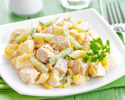 Летний салат с курицей и кукурузой