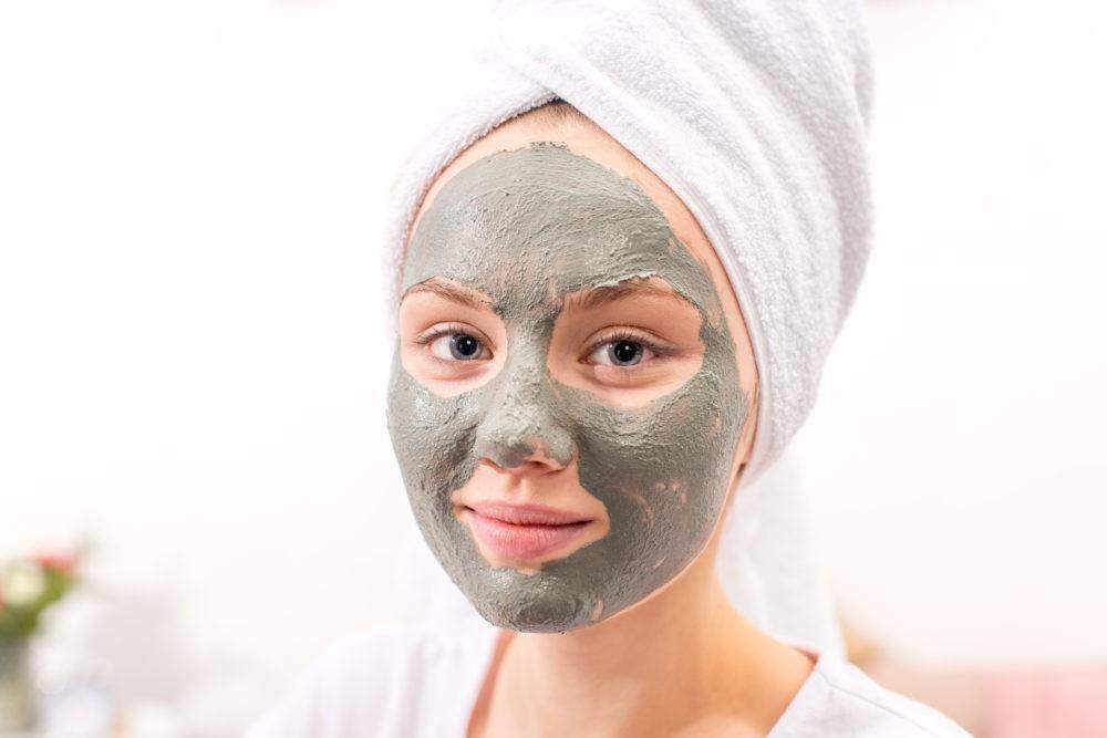 Зеленая и черная глины в маске для лица