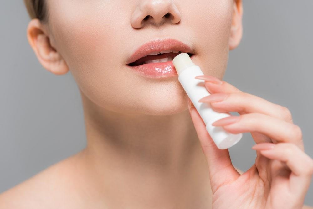 Сохнут губы: причины и лечение