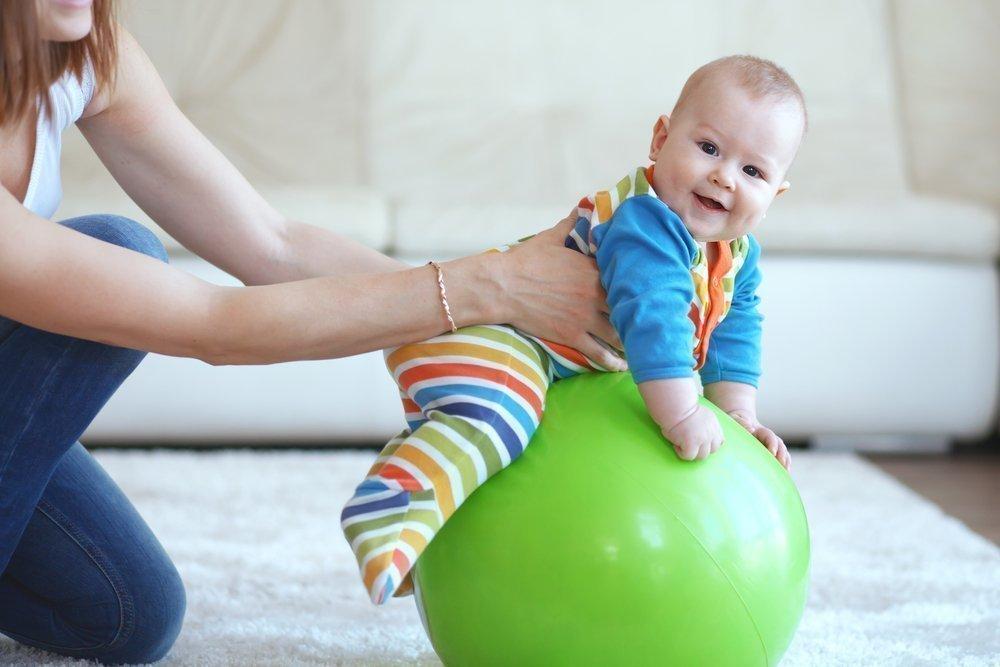 Фитбол для грудничков: поможем малышу